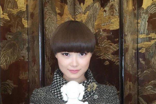 李宇春的丈夫是谁 和外国保镖穿情侣装