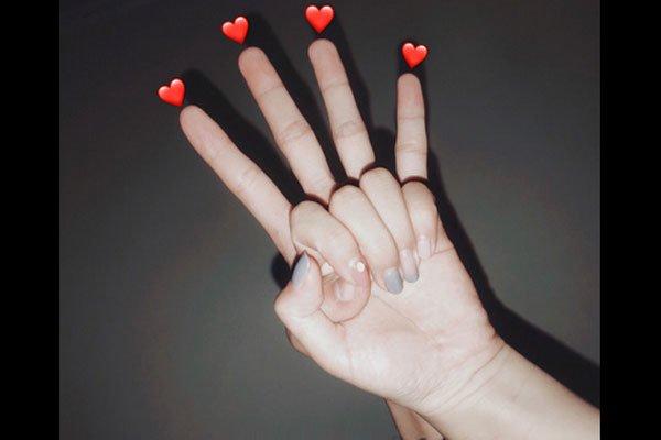 抖音情侣手指舞争相模仿 先学习情侣手势拍照法
