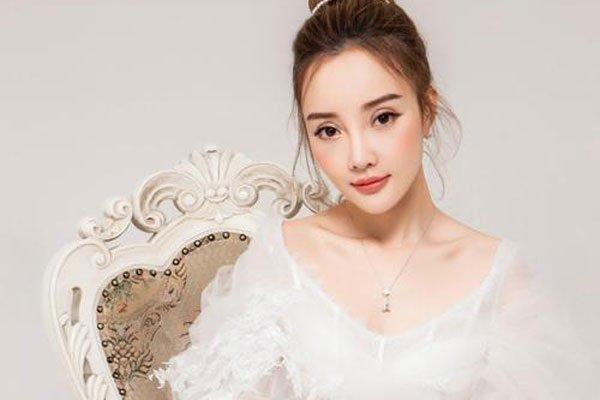 李小璐的胸部下垂怎么回事 只有她自己清楚吧